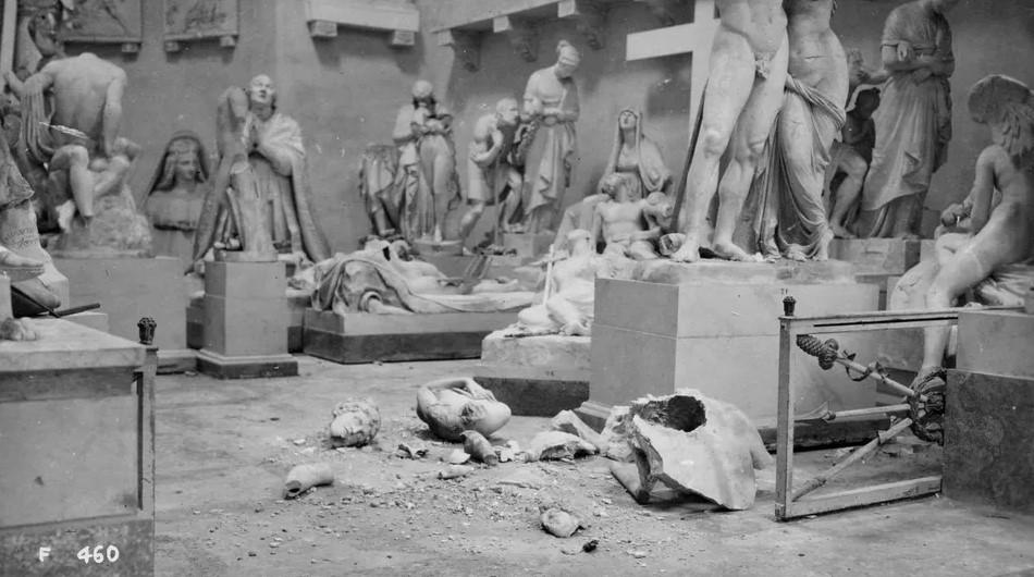 Figura 8: Fotografia scattata dai fratelli Serafin subito dopo i bombardamenti che distrussero le opere di Canova.