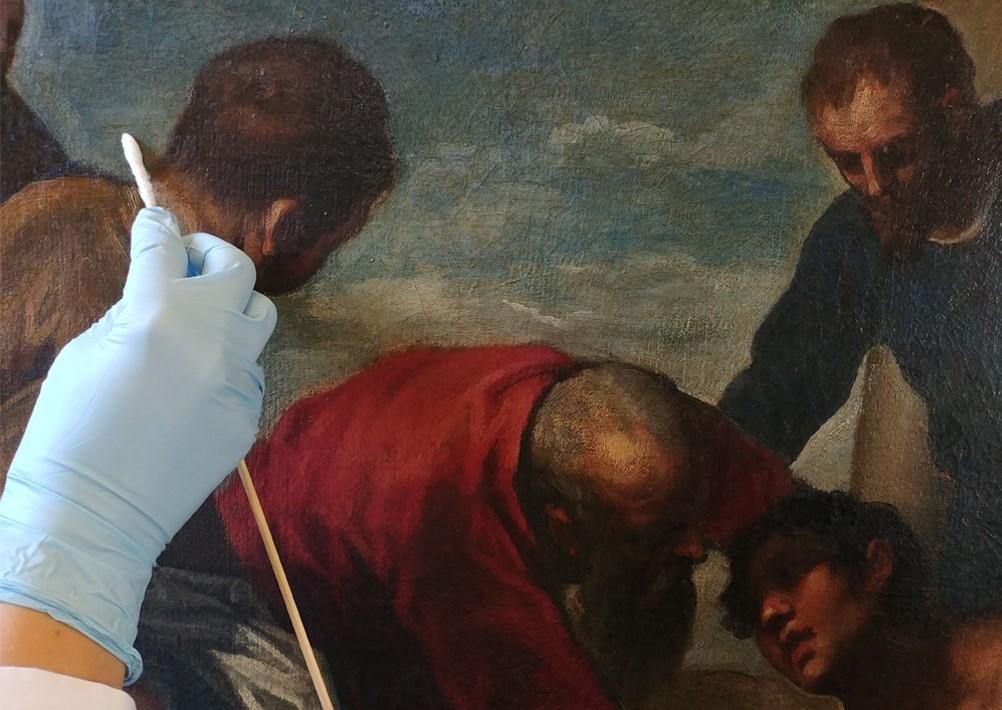 """Figura 1: Dettaglio dell'operazione di pulitura della superficie dell'opera di Palma il Giovane, """"Gli ozi del figliol prodigo"""""""