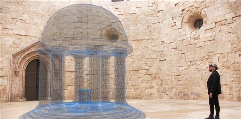 Visitatore all'interno dell'HoloMuseum di Castel del Monte