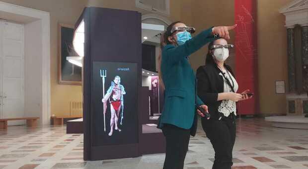 visitatori con smart glasses visitano la mostra Gladiatori al MANN