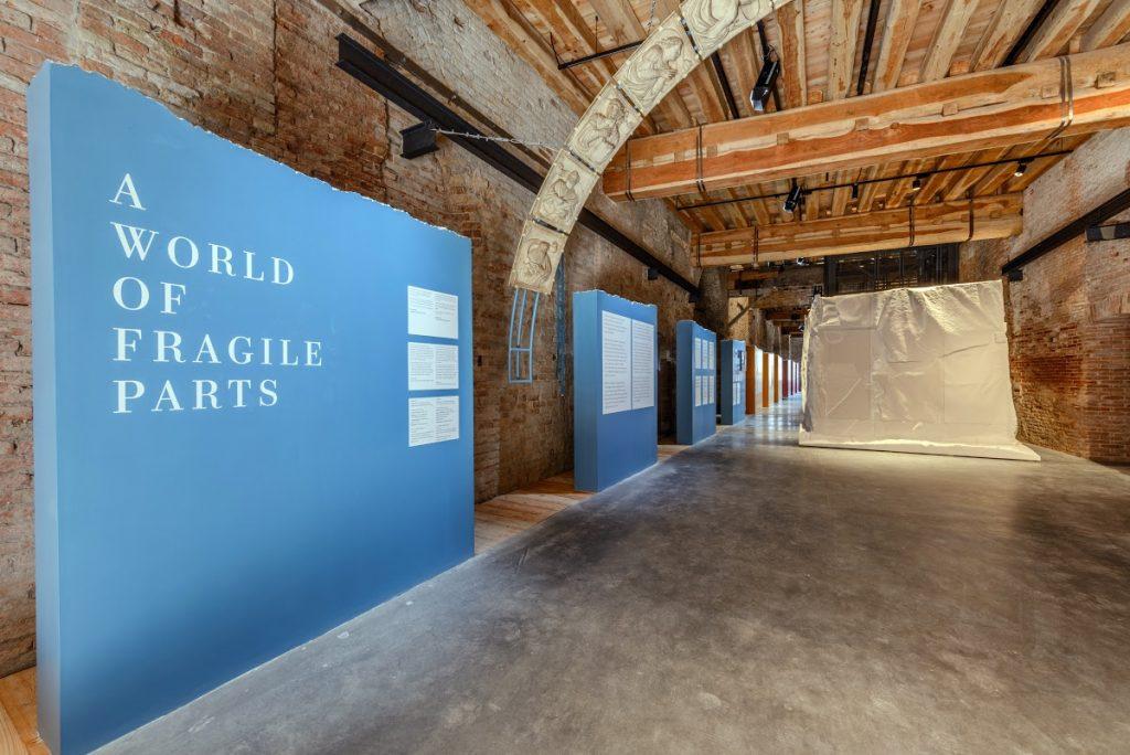 "Ingresso della mostra ""A World of Fragile Parts"""